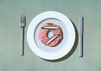Сардины на пончике на тарелке — стоковое фото
