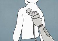 Robot con estetoscopio examinando la espalda del hombre - foto de stock