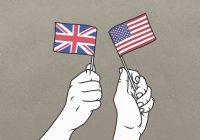 Hombres ondeando pequeñas banderas británicas y americanas - foto de stock