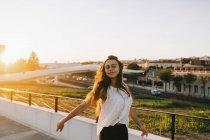 Porträt einer unbeschwerten jungen Frau im sonnigen Stadtpark — Stockfoto
