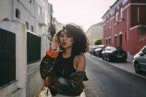 Ritratto di giovane donna fresca e sicura di sé sulla strada urbana — Foto stock