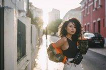 Портрет упевненої, стильної молодої жінки на сонячній міській вулиці — стокове фото