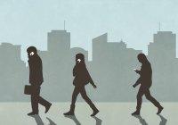 Piétons marchant et utilisant des smartphones en ville — Photo de stock
