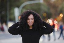 Retrato de jovem confiante na calçada urbana — Fotografia de Stock