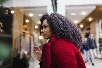 Молодая женщина окна покупки в торговом центре — стоковое фото