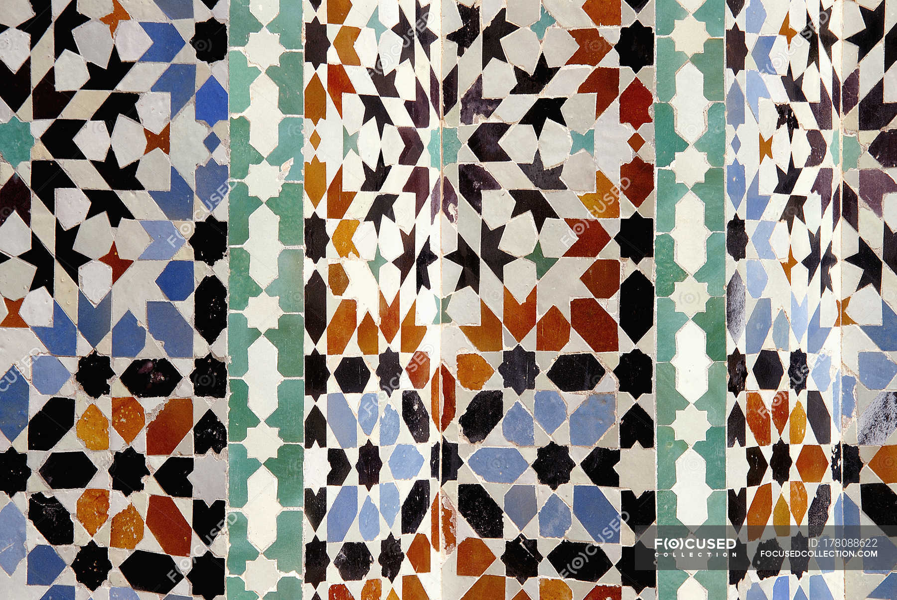 Chiuda sulla vista del modello ornato piastrelle marocchine u2014 la