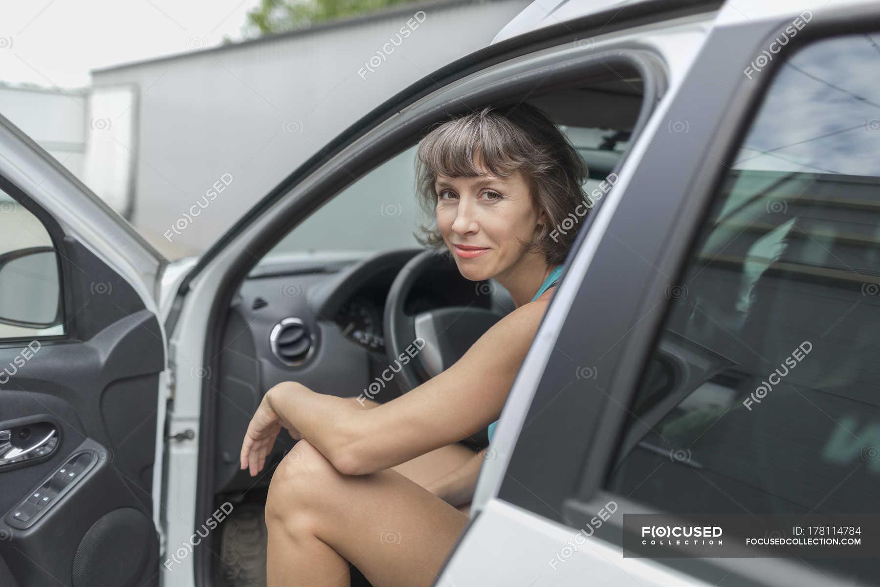 дамы видео зрелые мастурбируют в авто