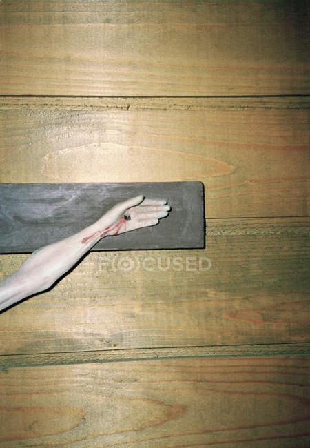Mão de colheita da estátua de Jesus crucifixo na parede de madeira — Fotografia de Stock