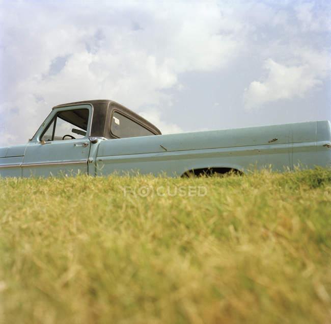 Crop pick-up veicolo parcheggiato in campagna collina — Foto stock