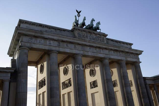 Vue extérieure des sculptures sur la façade de la Porte de Brandebourg — Photo de stock