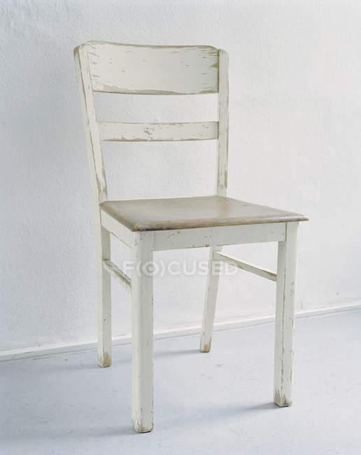 Close-up vista da cadeira de madeira branca comum no fundo branco — Fotografia de Stock