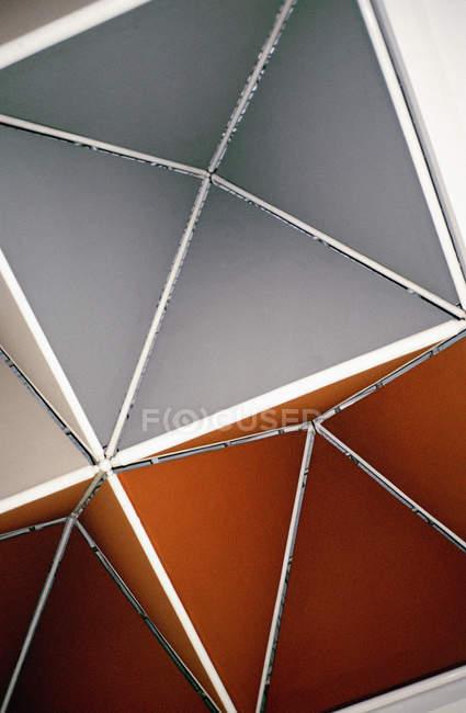 Vista inferior de la superficie de techos abstractos - foto de stock