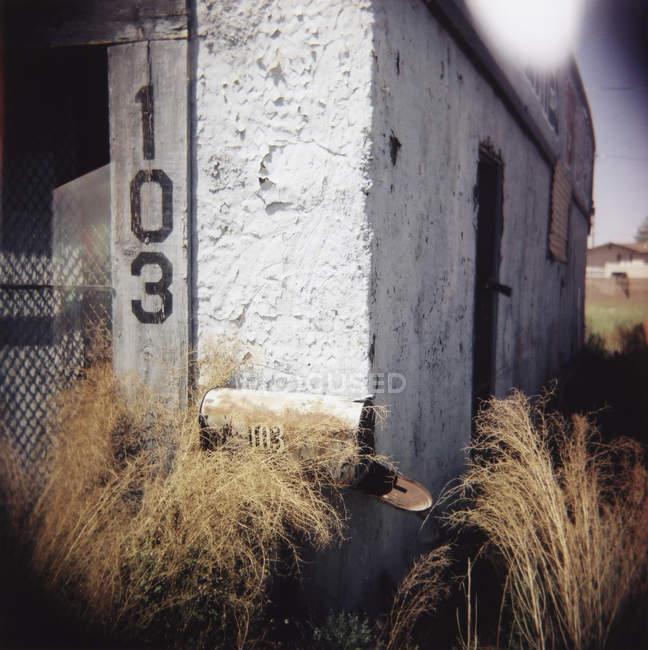Exterior do edifício abandonado no campo iluminado pelo sol — Fotografia de Stock