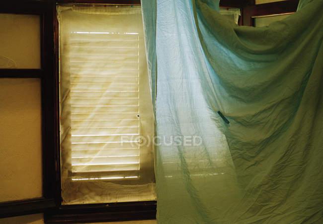 Pano coberto por janelas com persianas — Fotografia de Stock