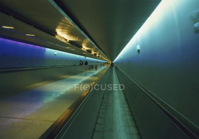 Innenraum der High-Tech beleuchteten unterirdischen Passage — Stockfoto