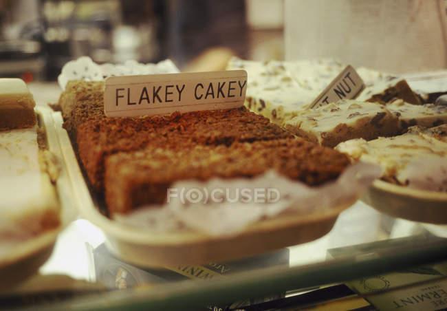 Close-up vista de bolo de flocos no cesto na prateleira de padaria — Fotografia de Stock