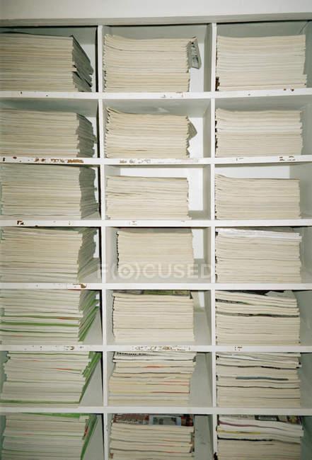 Повний кадр постріл з полиці з накопиченням журнали — стокове фото