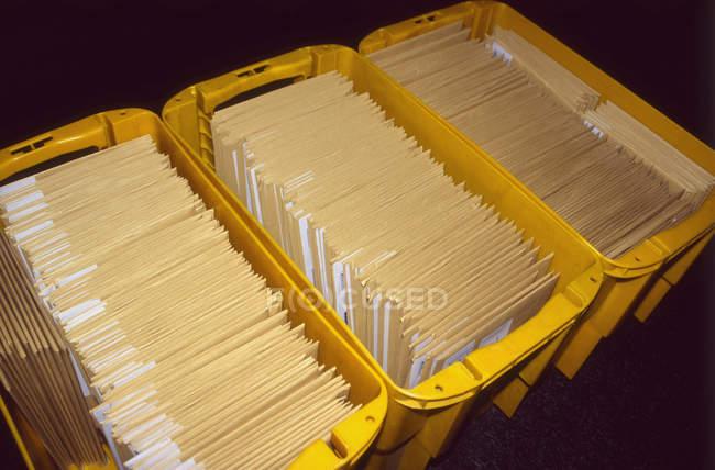 Vista de cerca de tres cajas amarillas de letras - foto de stock