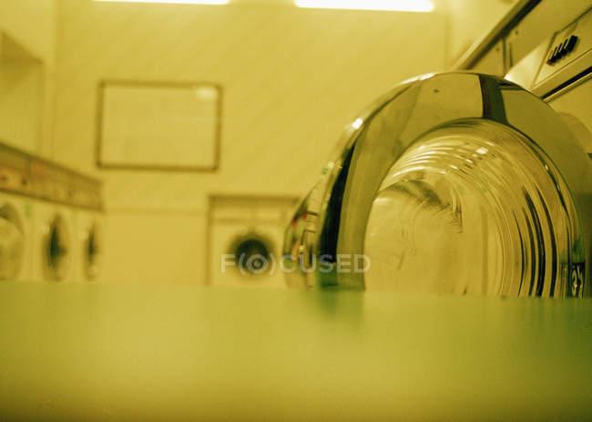 Vue rapprochée des rangées de lave-linge dans une laverie automatique — Photo de stock