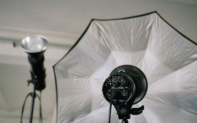 Raccolto fotografia flash illuminazione con l ombrello u al chiuso