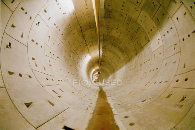 Blick auf langen kreisförmigen Tunnel mit keramischen Panel Wände — Stockfoto