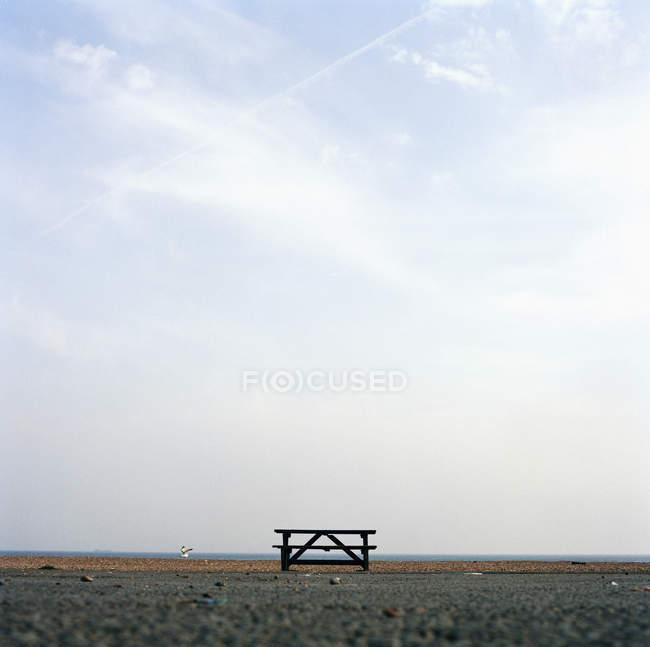 Vista de nível de superfície do banco vazio na praia — Fotografia de Stock