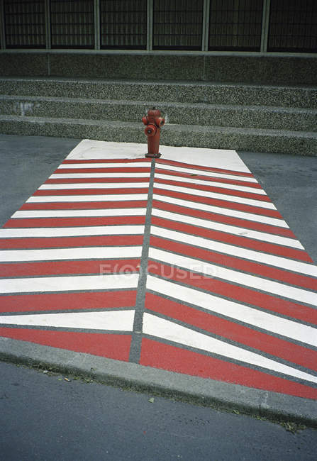 Пожежного гідранта позначені ходьби боку на вулиці сцени — стокове фото