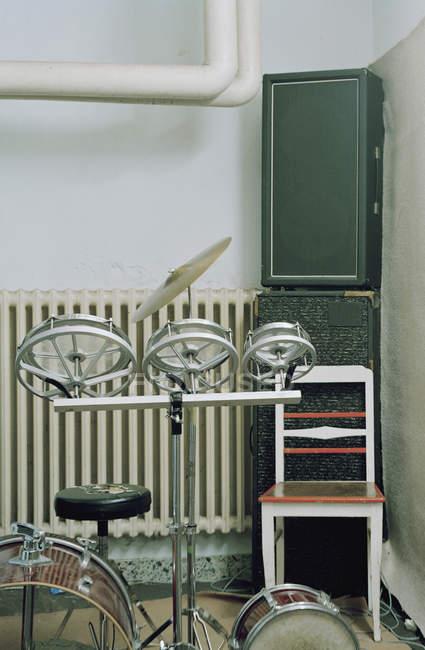 Nahaufnahme von Drum-Set und Lautsprecher im Musikzimmer — Stockfoto
