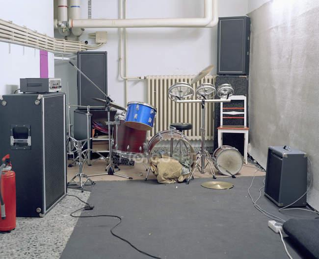 Innenraum des leeren Musikraums mit Verstärkern und Schlagzeug — Stockfoto