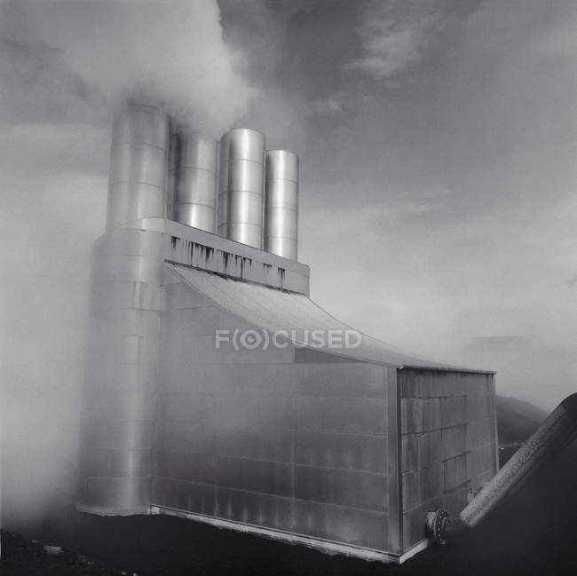 Chaminés de fábrica poluindo a nuvem de fumaça — Fotografia de Stock