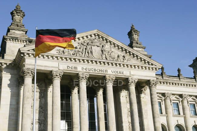Außenseite der Reichstag mit deutschen Nationalflagge — Stockfoto
