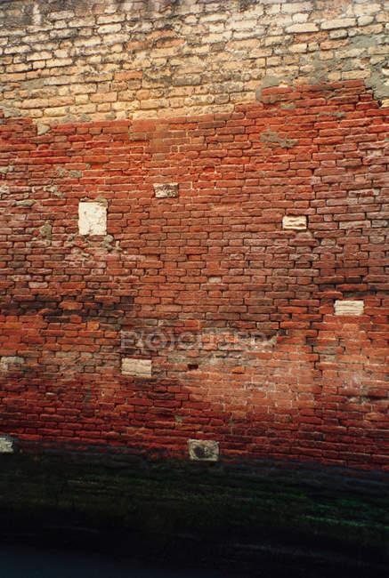 Esterno lato scolorito della costruzione di mattone — Foto stock