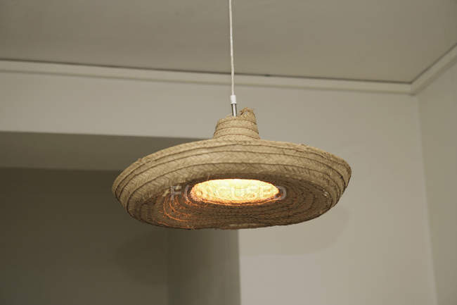 Éclaircir la lampe décorée avec un chapeau de paille — Photo de stock
