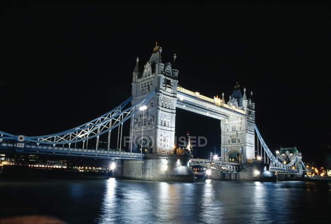 Світлові екстер'єр Лондонський міст, що відображають в темні води Темза — стокове фото