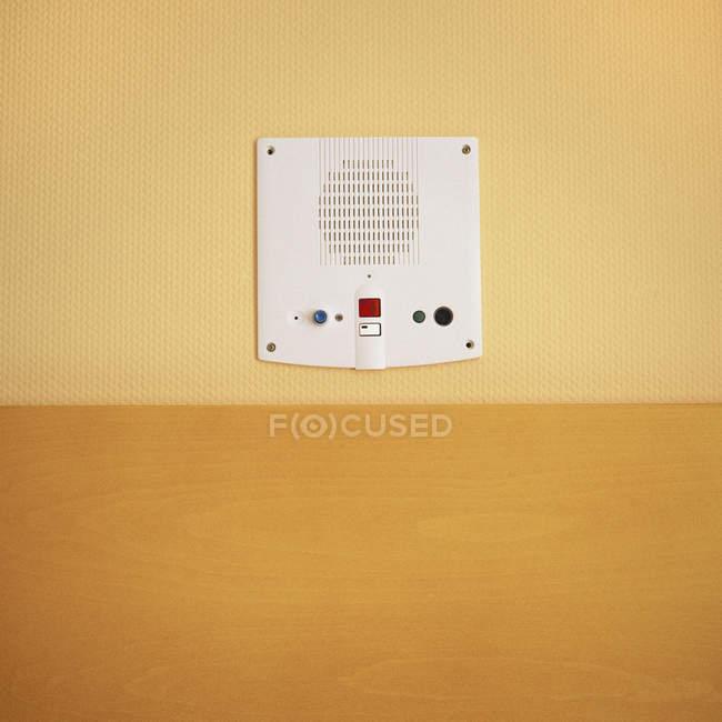 Vista ravvicinata del pannello citofono sulla parete gialla — Foto stock