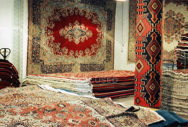 Стеки і рулонів в магазині килими Східні — стокове фото