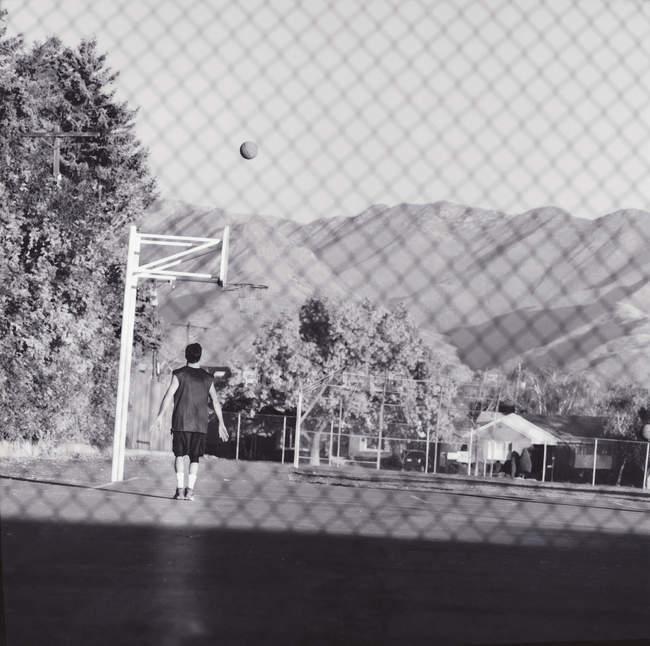 Visão traseira do menino jogando basquete no playground — Fotografia de Stock