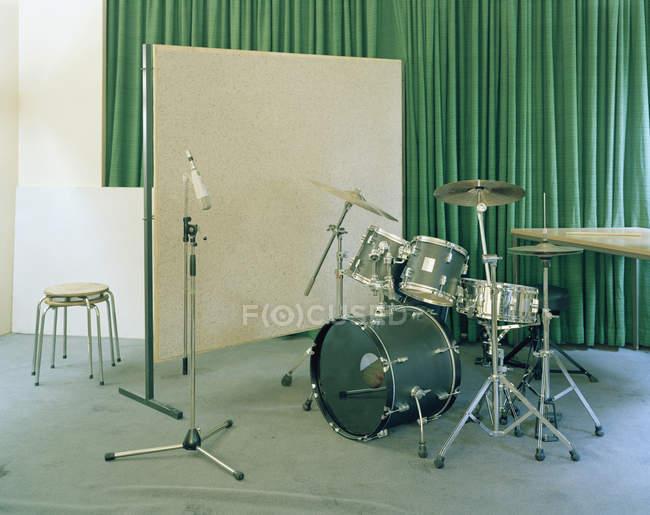 Мікрофон стояти і барабан безліч в музичний салон — стокове фото