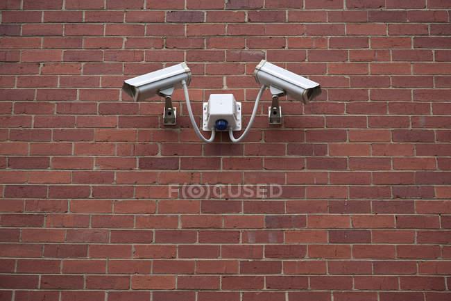 Камери відеоспостереження на цегляна стіна — стокове фото