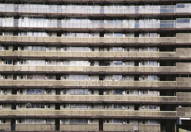 Blick auf grauen Mehrfamilienhaus außen — Stockfoto