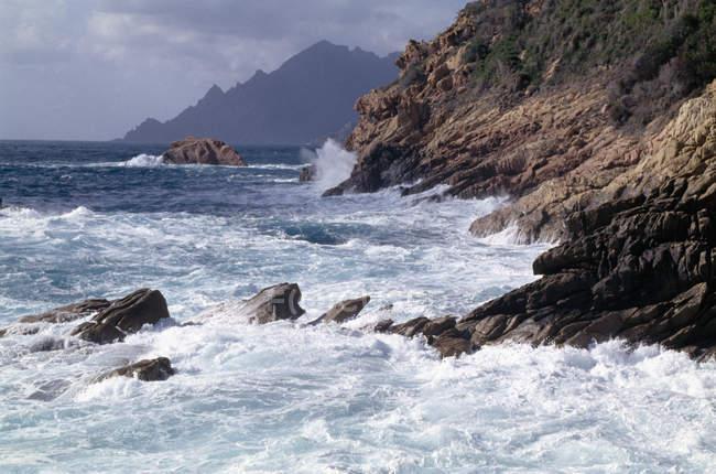 Waves crashing on rocky coastline — Stock Photo