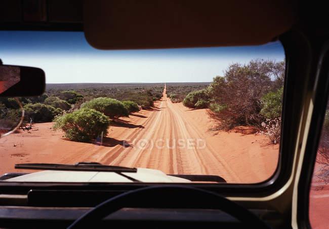 Vista da estrada deserta através do para-brisa do veículo off-Road — Fotografia de Stock
