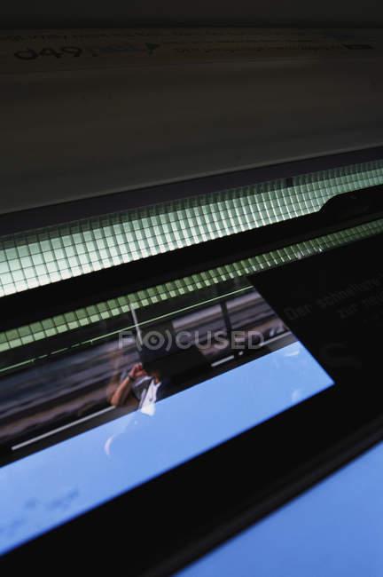 Oscura visión de mujer montando en tren y mirando a la ventana - foto de stock