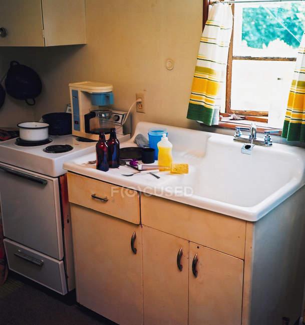 Інтер'єр плиту і мийку в сільські кухня — стокове фото