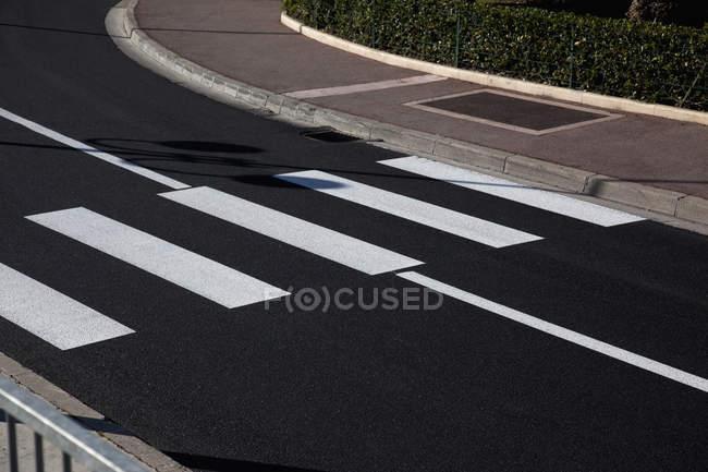 Passage clouté sur route asphaltée vide — Photo de stock