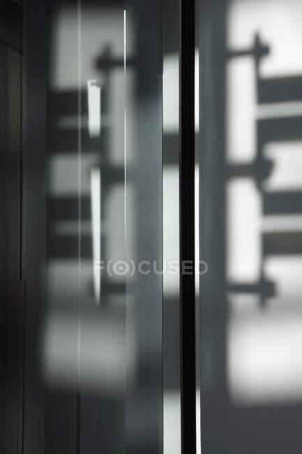 Vista de perto de reflexões e sombra em portas de vidro — Fotografia de Stock