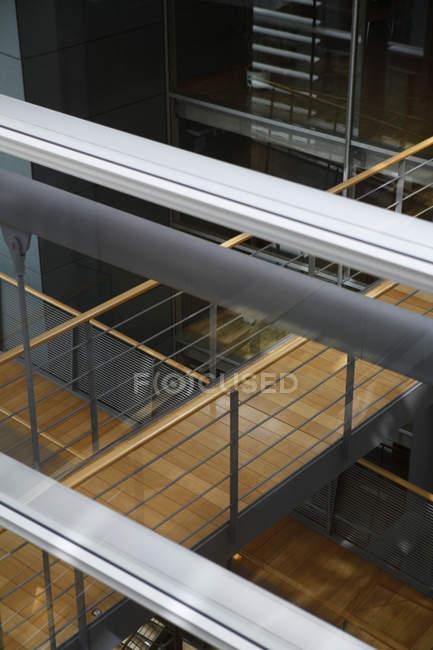 Vue à angle élevé des passages de passerelles dans le bâtiment — Photo de stock