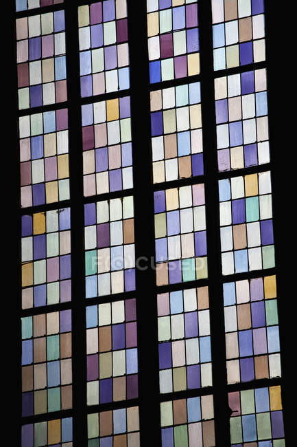 Inclinazione vista di vetrate in chiesa — Foto stock