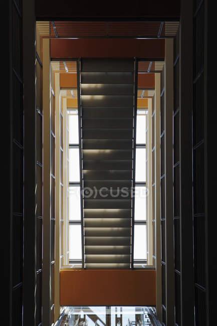 Rückansicht des Durchgang Treppenbau — Stockfoto