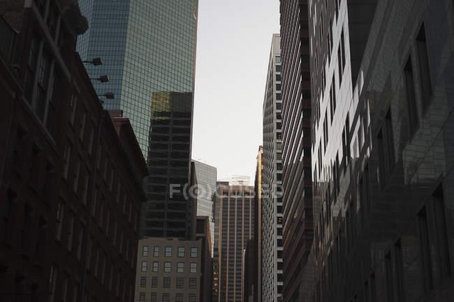 Vista inferior de fachadas de arranha-céus refletindo uns aos outros — Fotografia de Stock
